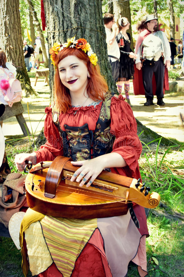 Manticore-Gemahl, der bei Bristol Renaissance Faire durchführt lizenzfreie stockfotografie