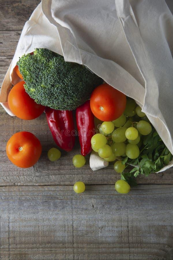 Mantimentos no saco do eco Saco natural de Eco com frutas e legumes Compra de alimento waste zero o plástico livra artigos a reut fotografia de stock