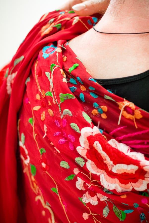 Manton sjal som används i flamencodans royaltyfria bilder