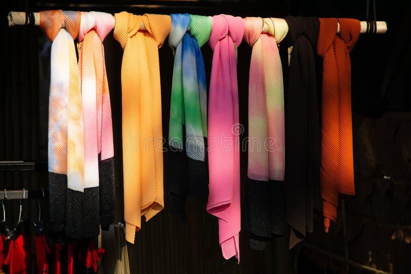 Mantones y bufandas coloridos del modelo en el mercado callejero foto de archivo
