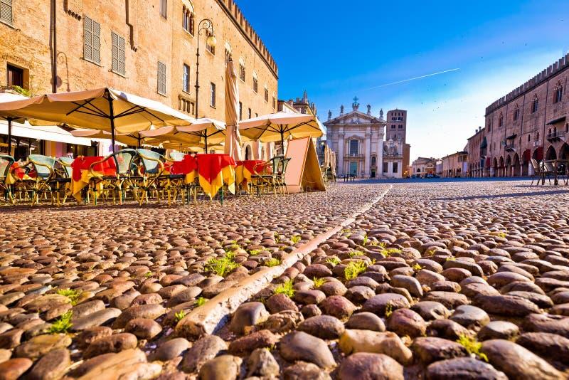 Mantova miasto brukował piazza Sordello i idyllicznego cukiernianego widok fotografia royalty free