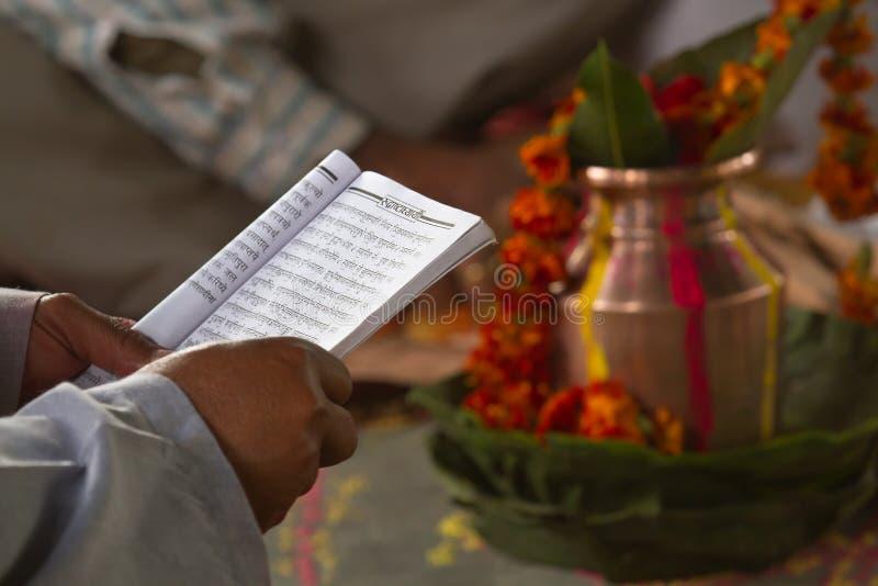 Mantra hindu de leitura do brâmane em Barrdia, Nepal imagem de stock royalty free