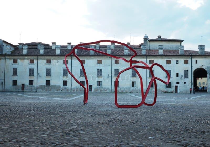 MANTUA, ITÁLIA - 29 DE ABRIL DE 2018: Vista de Palazzo Ducale na praça Castello em Mantua - Itália imagem de stock