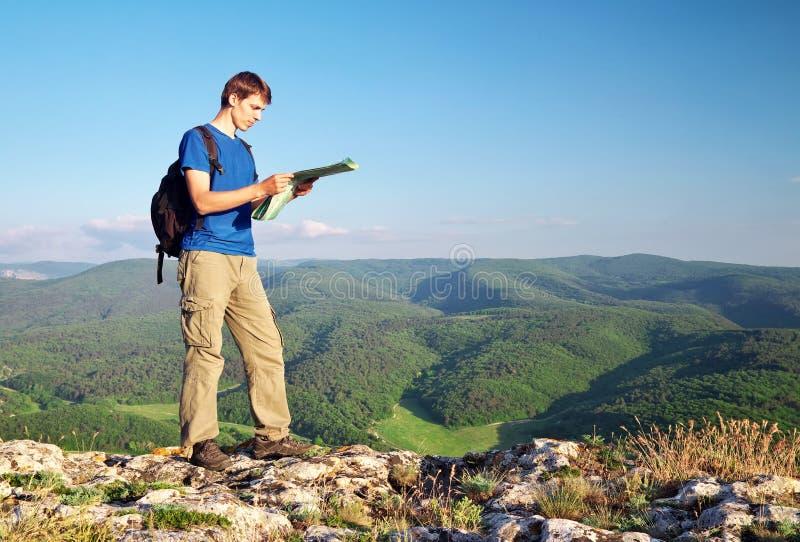 Manturisten i berg läste översikten. royaltyfria foton