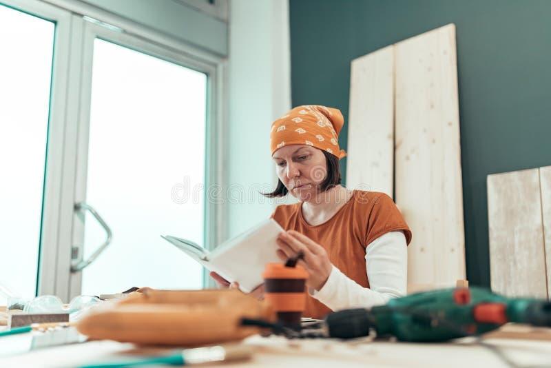 Manual f?mea da instru??o do projeto da leitura DIY do carpinteiro foto de stock royalty free