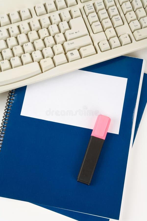 Manuale del banco e tastiera di calcolatore blu fotografia stock libera da diritti