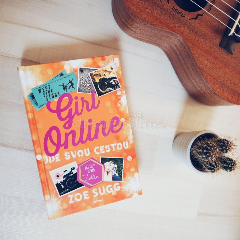 Manuale online della ragazza immagini stock libere da diritti