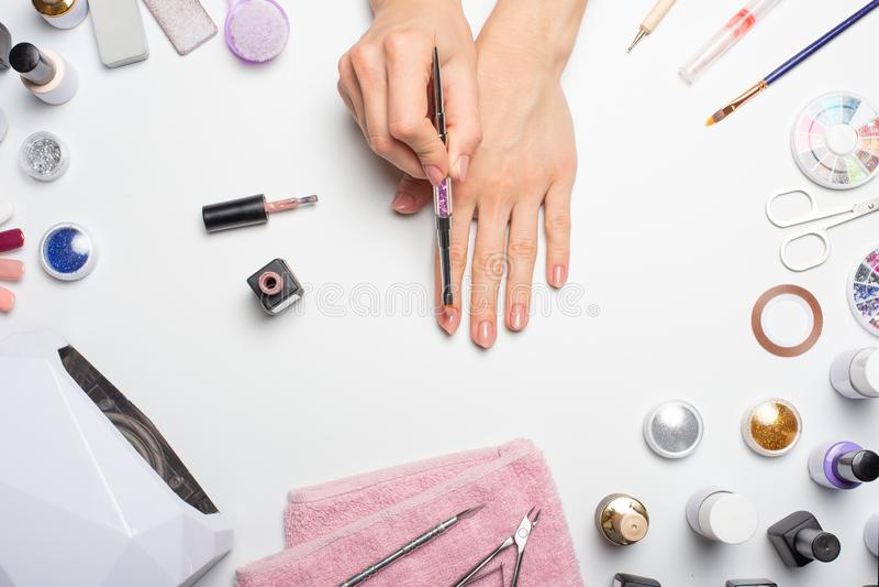 Manucure - beaux ongles avec le vernis à ongles rose image libre de droits