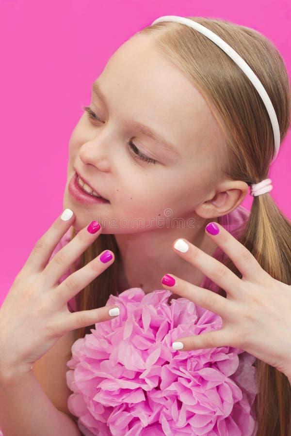 Manucure blanche rose du ` s d'enfants photographie stock