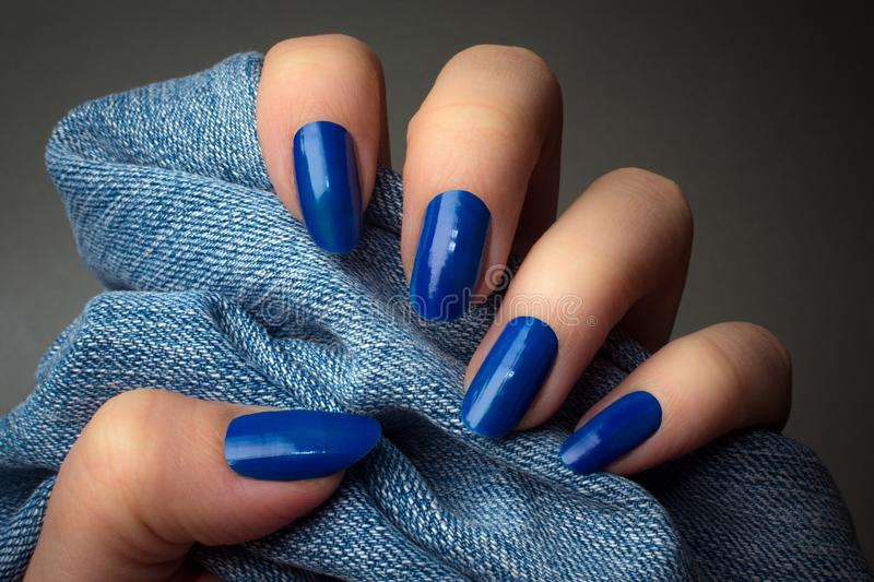 Manucure bleue d'ongles photographie stock