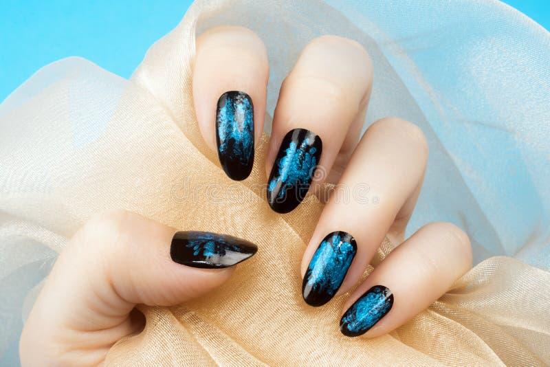 Manucure bleue d'ongles photos libres de droits