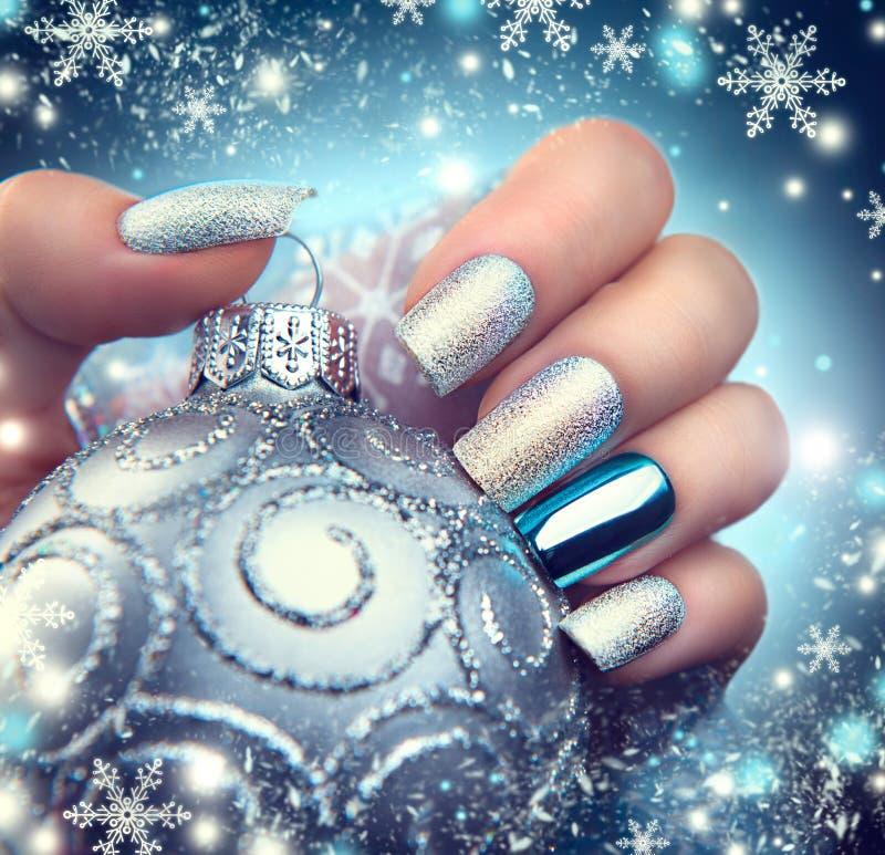 Manucure d'art d'ongle de Noël Conception de manucure de vacances d'hiver photographie stock libre de droits