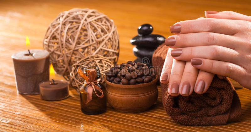 Manucure de Brown sur un fond en bambou images stock