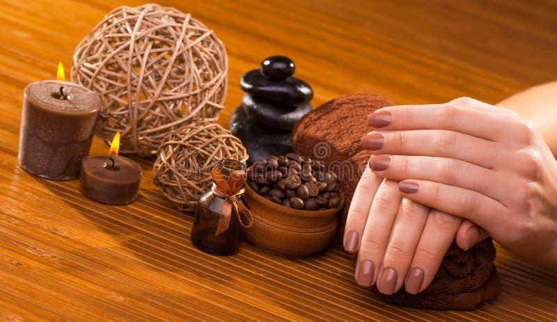 Manucure de Brown sur un fond en bambou photo libre de droits