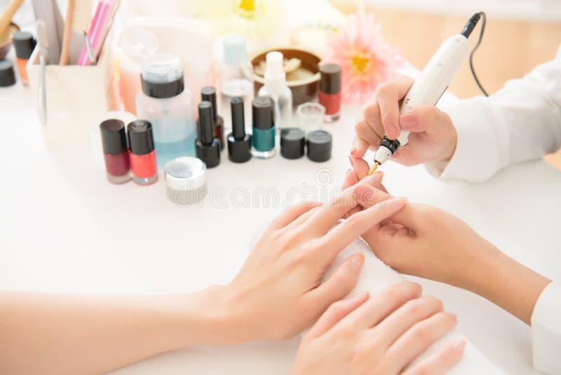 Manucure de salon à l'aide du foret électrique de clou photo stock
