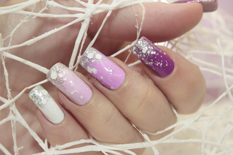 Manucure en pastel lilas multicolore d'hiver photos libres de droits