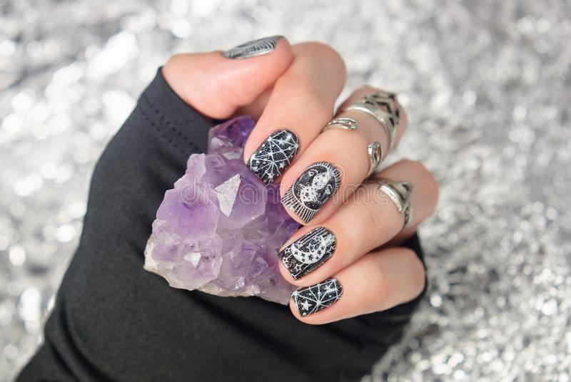 Manucure gothique noire avec l'art mystique d'ongle photos libres de droits