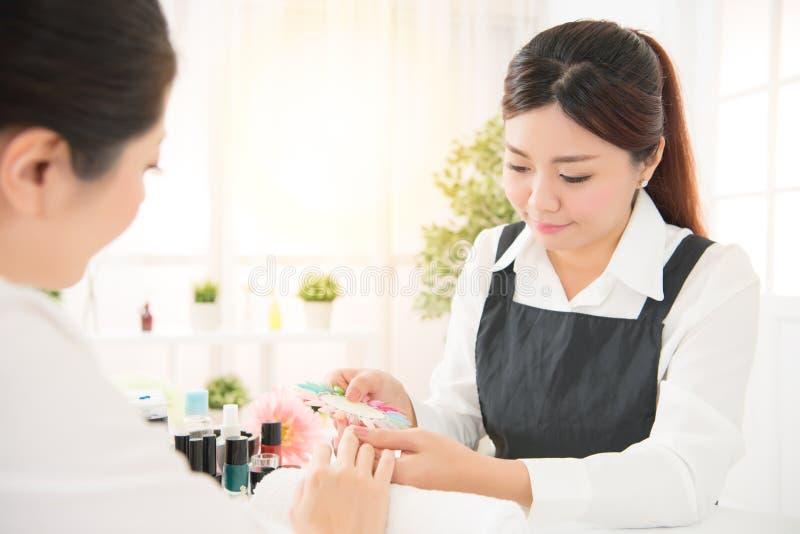 Manucure montrant le vernis à ongles de gomme laque de couleur photo libre de droits