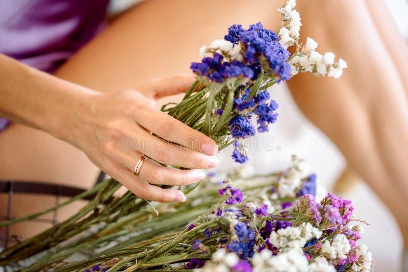 Manucure nue Mains naturelles de fille de beauté, cosmétiques de main avec l'extrait sec de fleur, produit Main de femme de mode  photos libres de droits