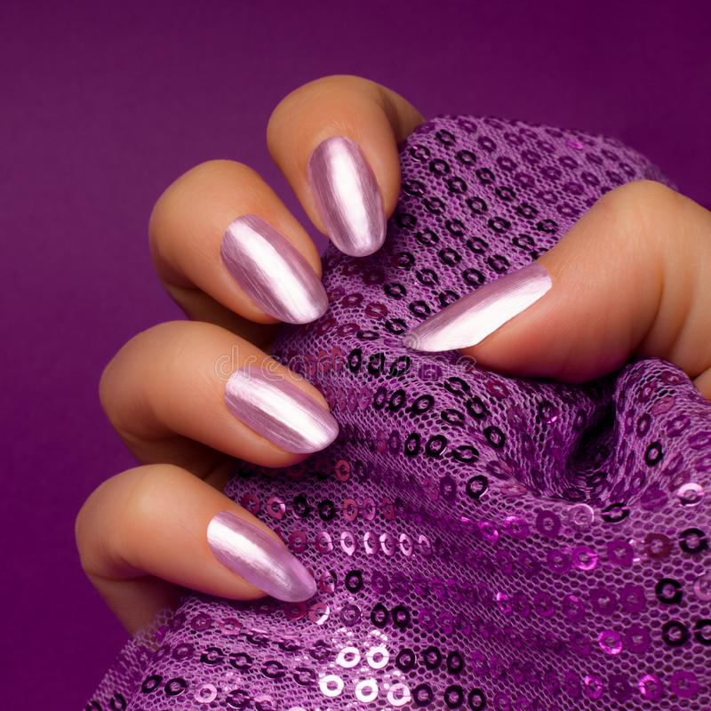 Manucure pourpre brillante d'ongles image stock