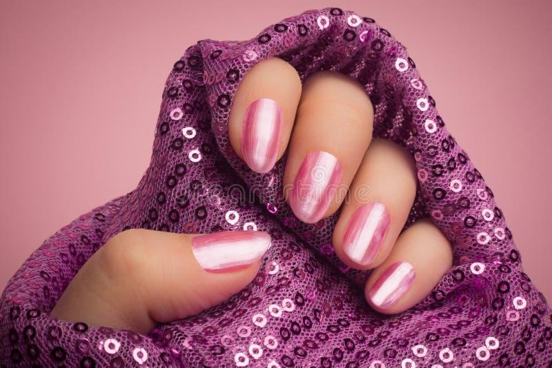 Manucure rose d'ongles image libre de droits