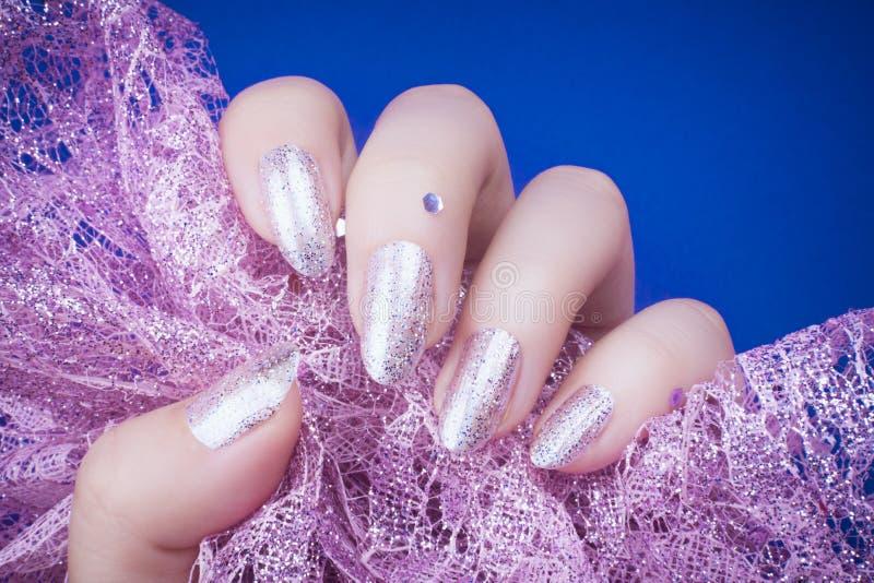 Manucure scintillée d'ongles photographie stock