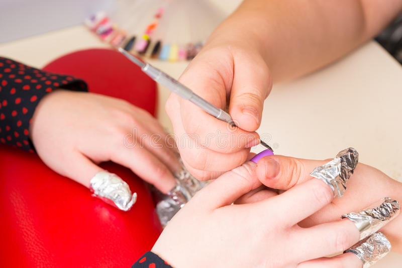 Manucure Shaping Finger Nails avec l'outil dans la station thermale photo stock