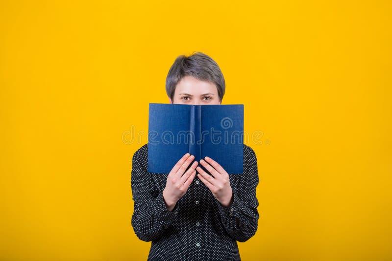 Manuel de participation de lecteur de femme photo stock