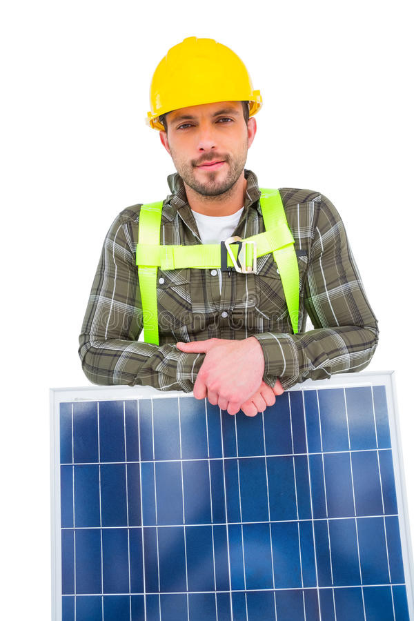 Manuell arbetare med solpanelen royaltyfri foto