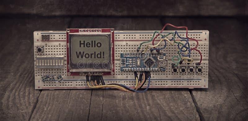 Manuell enhet av den elektroniska mikroprocessorapparaten Uppsättning av reservdelkonstruktörn Wood bakgrund royaltyfria bilder