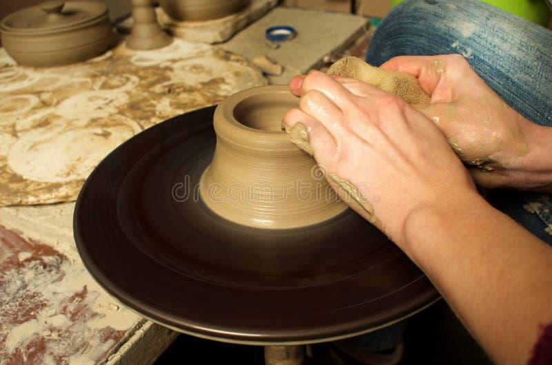 Manuell produktion av keramiska objekt enligt gamla recept royaltyfri foto