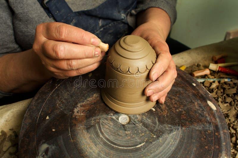 Manuell produktion av keramiska objekt enligt gamla recept royaltyfri bild