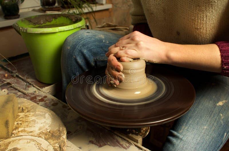 Manuell produktion av keramiska objekt enligt gamla recept arkivfoto