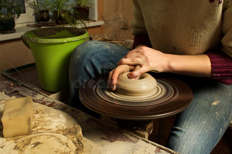 Manuell produktion av keramiska objekt enligt gamla recept arkivbilder