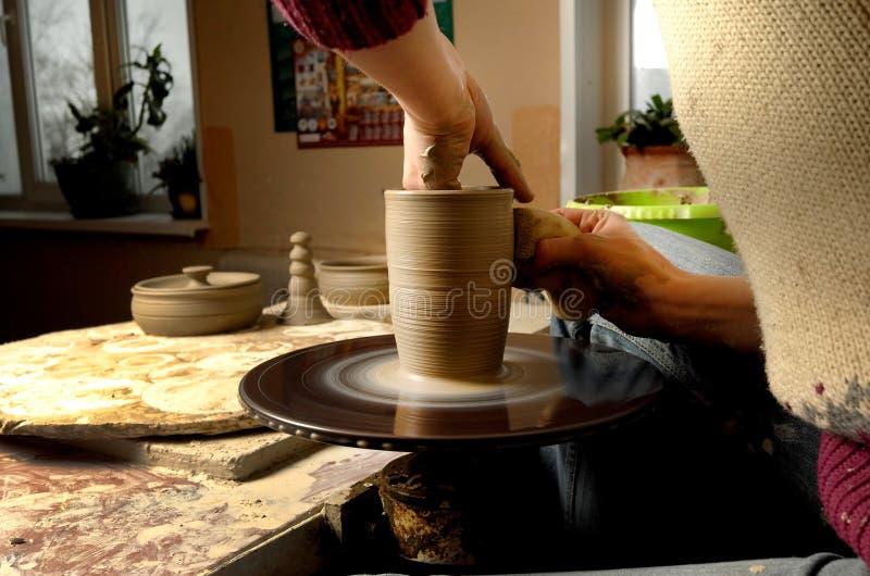 Manuell produktion av keramiska objekt enligt gamla recept arkivbild