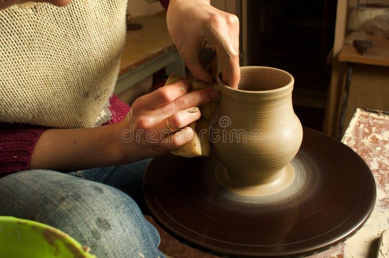 Manuell produktion av keramiska objekt enligt gamla recept royaltyfri fotografi