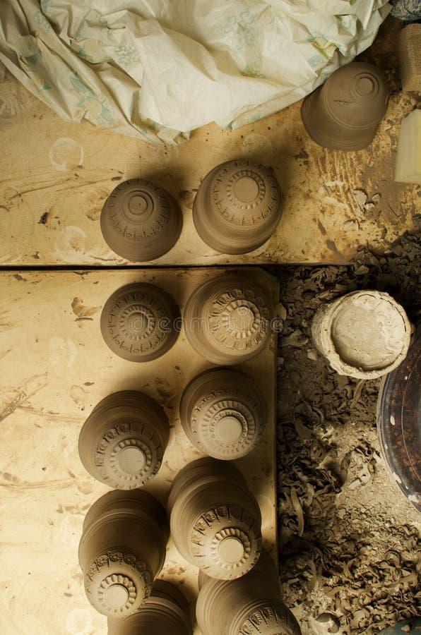Manuell produktion av keramiska objekt enligt gamla recept royaltyfria bilder