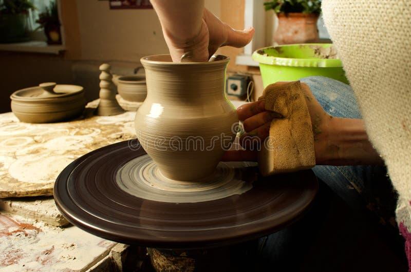 Manuell produktion av keramiska objekt enligt gamla recept fotografering för bildbyråer