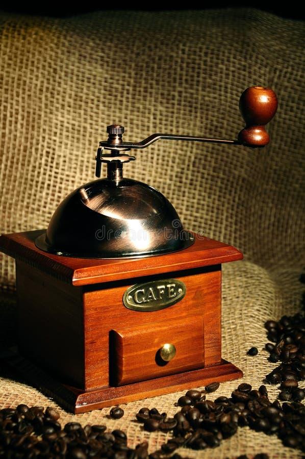 Manuelle Kaffeemühle der alten Weinlese mit Kaffeebohnen stockfoto