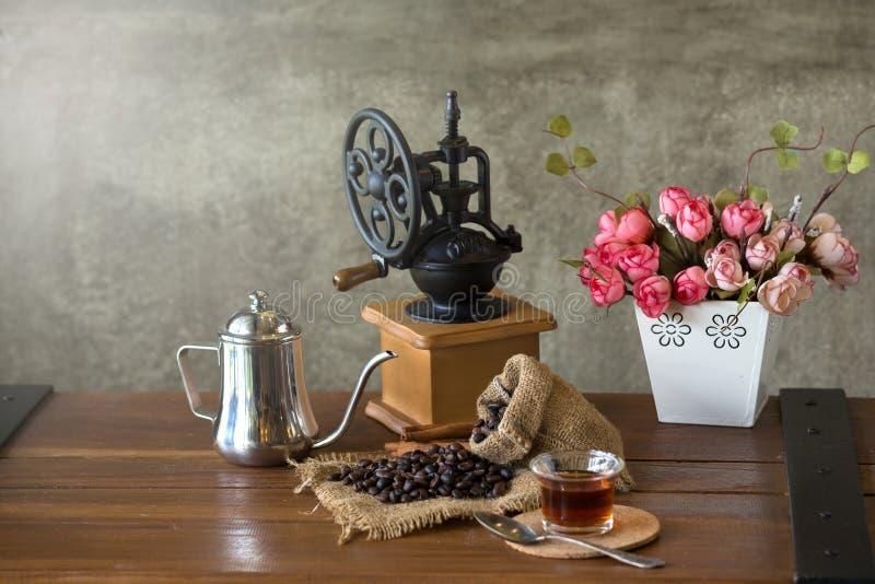 Manuelle Kaffeemühle der Weinlese mit Kaffeebohnen und Schale stockfoto