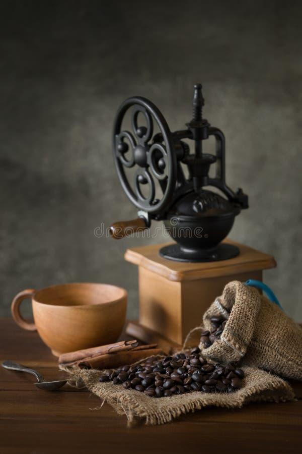 Manuelle Kaffeemühle der Weinlese mit Kaffeebohnen und Schale lizenzfreies stockbild