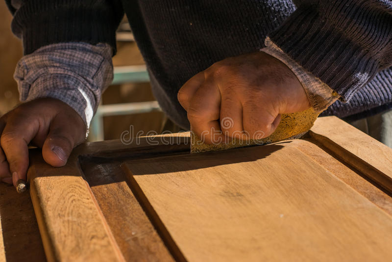 Manuelle Wiederherstellung der alten Holztür eines Kabinetts lizenzfreies stockbild