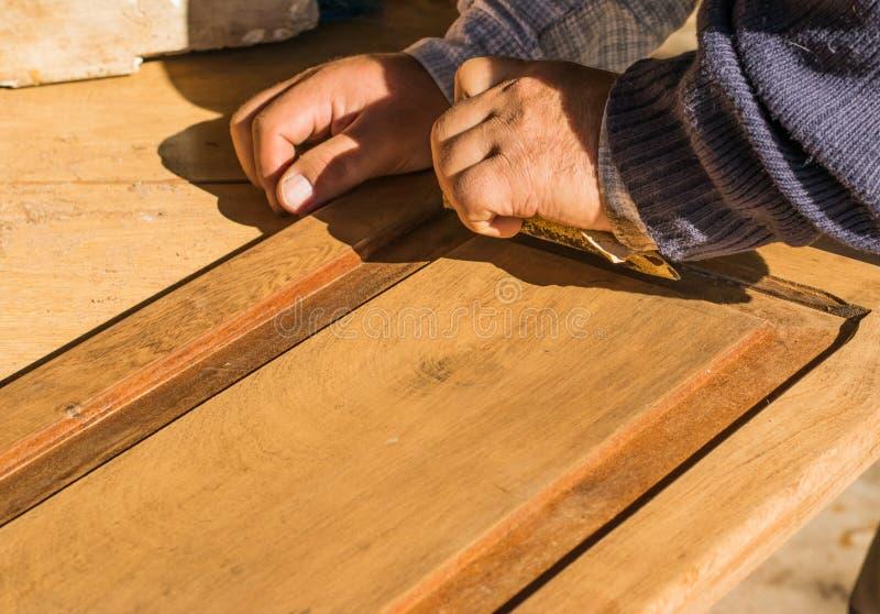 Manuelle Wiederherstellung der alten Holztür eines Kabinetts lizenzfreie stockfotografie