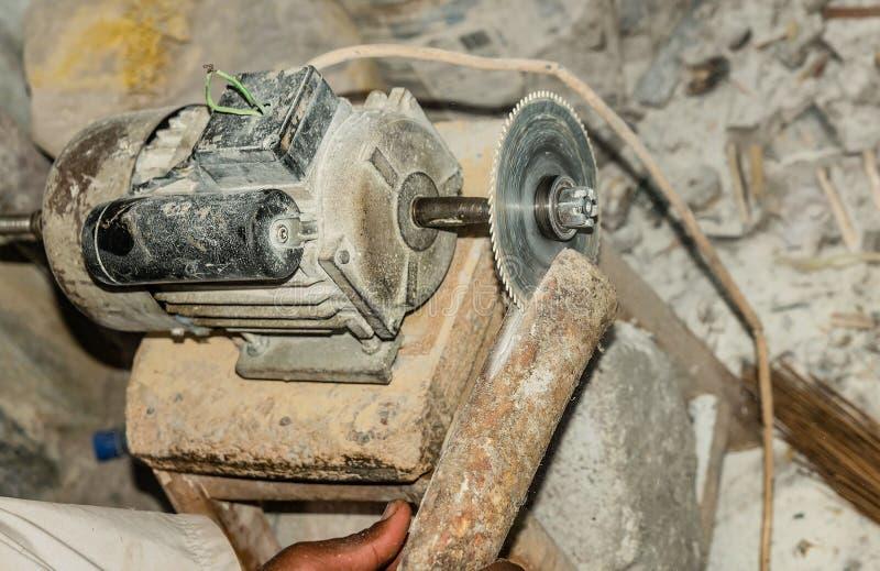 Manuellt improvisation av cirkelsågklippbladet i Kenya royaltyfri foto