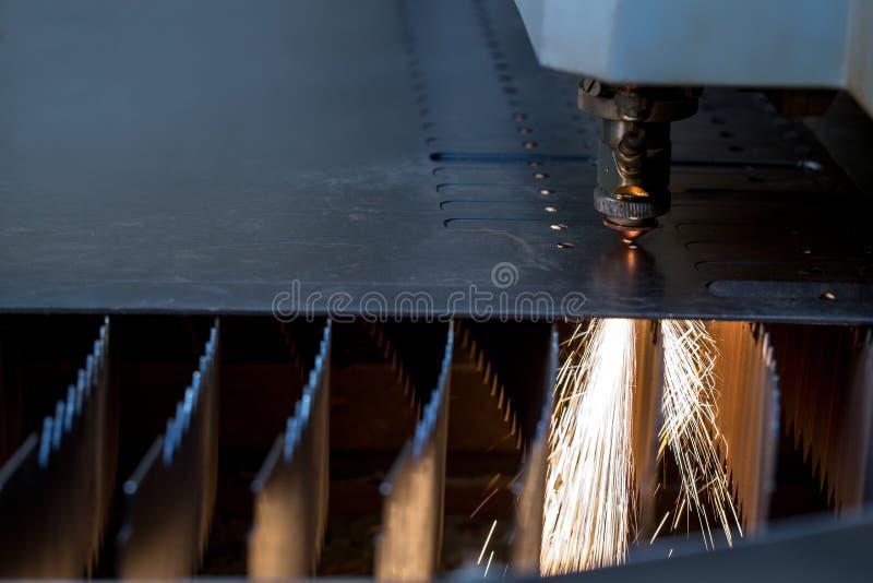 manufacturing Taglio del laser della lamiera sottile immagini stock libere da diritti