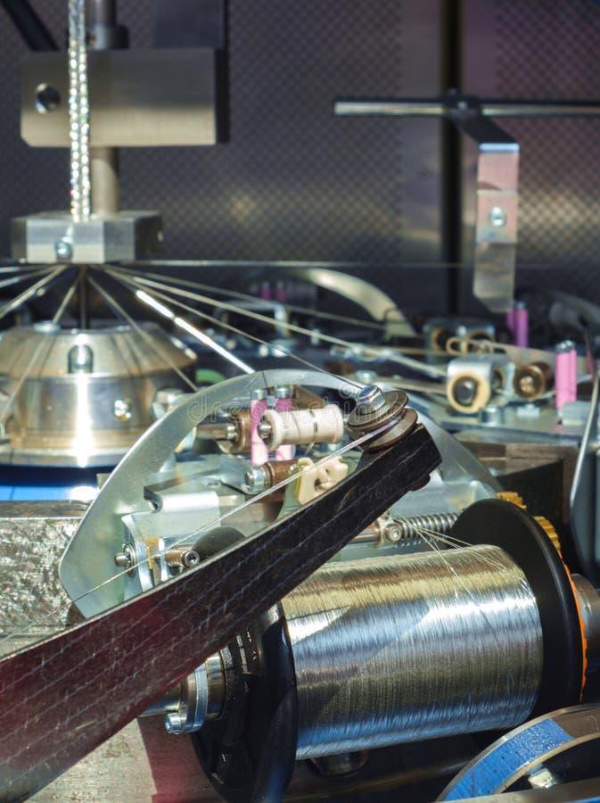Manufaktura osłania warkocze dla elektrycznych kabli metal Szybkościowa szamerowanie maszyna Meandrować skończonego warkocz nad r obrazy stock