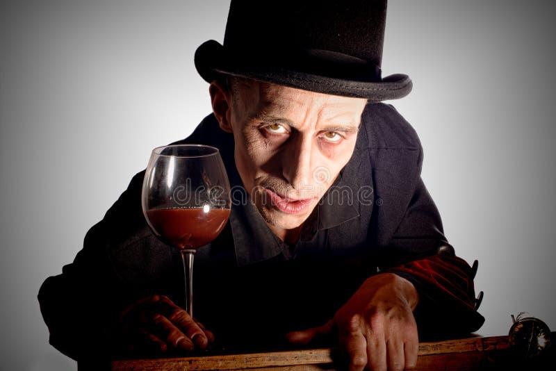 Manuppklädd som Dracula för halloweenen royaltyfria bilder