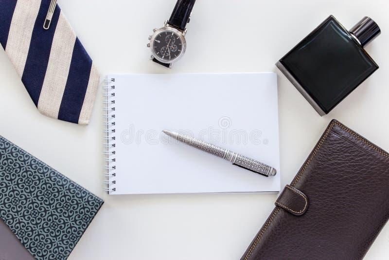 Manuppsättning: klocka, band, slipshållare, penna, doft, plånbok och notepad fotografering för bildbyråer