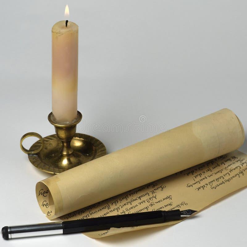 Manuscript, pen en kaars stock foto's