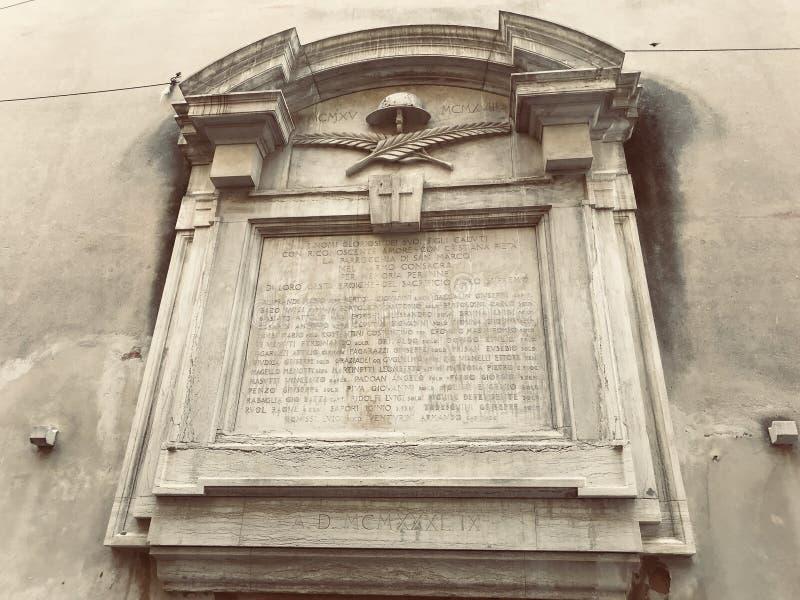 Manuscrit en pierre sur en dehors d'un mur d'église image libre de droits